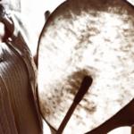 Heiltöne: Schamanin beim Heiltrommeln